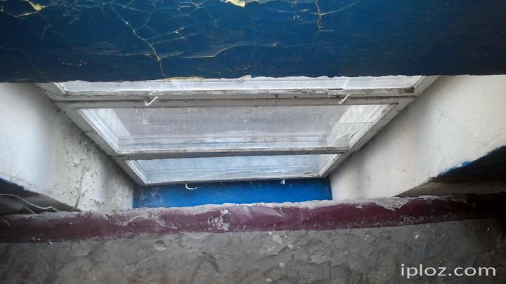 Вікна розташовані на рівні підлоги або взагалі між поверхами