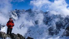 Widok ze schroniska Adele Planchard. W oddali szczyty  Barre des Écrins 4102m i Dôme de neige des Écrins 4015m. To ja.