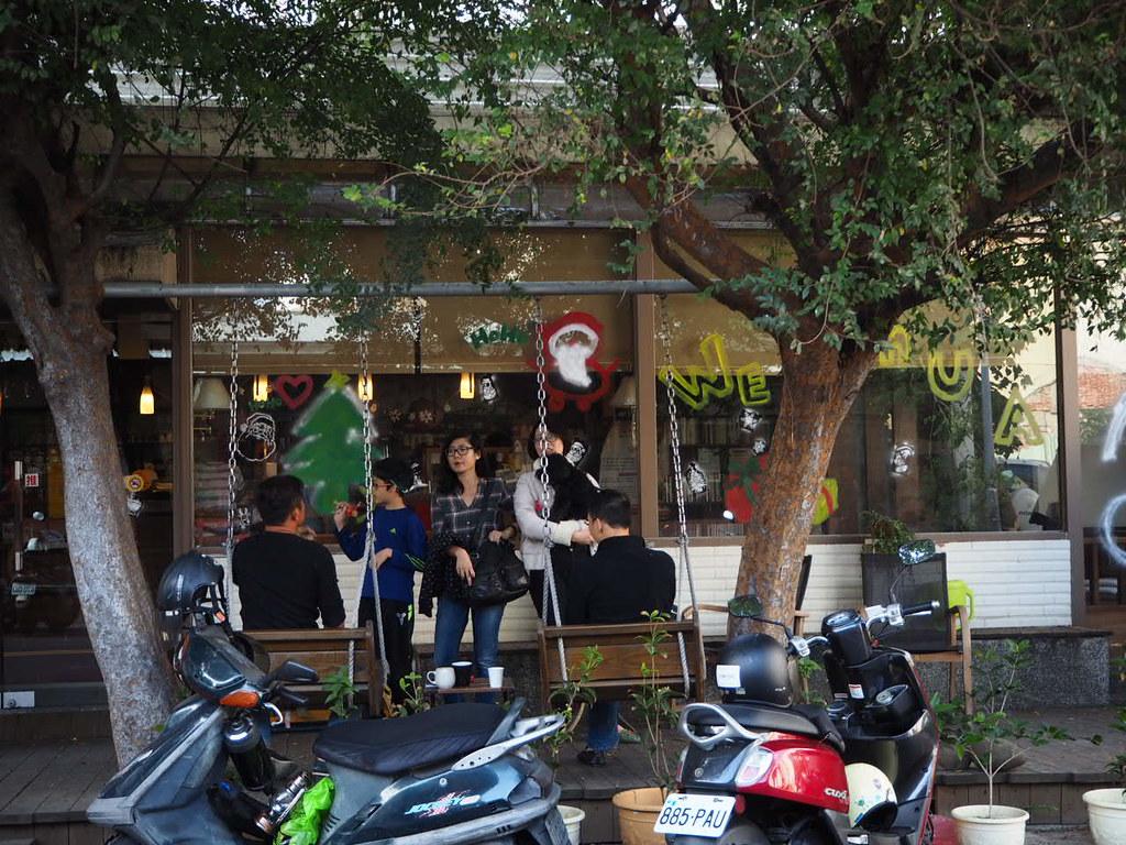 甜在心咖啡館のブランコのある外観