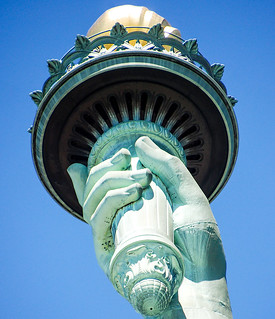 Imatge de Statue of Liberty a prop City of Jersey City. torch statueoflibertyny frédéricaugustebartholdi roncogswell frenchsculptorfrédéricaugustebartholdi handholdingatorch torchstatueoflibertyonlibertyislandnewyorkharborny statueoflibertyonlibertyislandnewyorkharborny