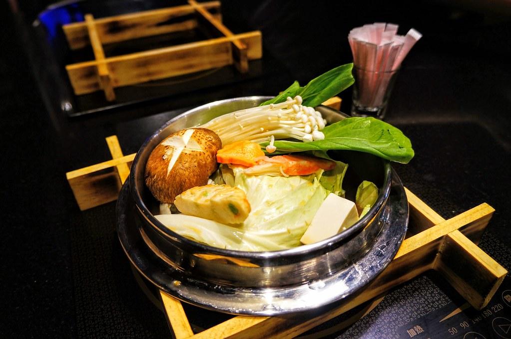 日式雜炊,其實是小火鍋後,湯頭再加入飯/麵而成,但因為有帶小孩和時間關係,就當小火鍋吃了..