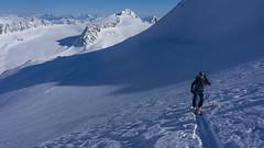 Tomasz podchodzi na przełęcz Schalfjoch 3375m lodowcem Kleinleitenferner. Na drugim planie Mittterkamm 3197 m, Annakogel (3333m) i   Nördliche Hohe Wilde 3395 m.