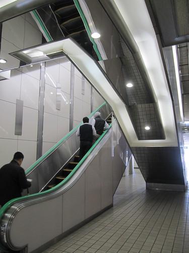 京都競馬場のエスカレーター