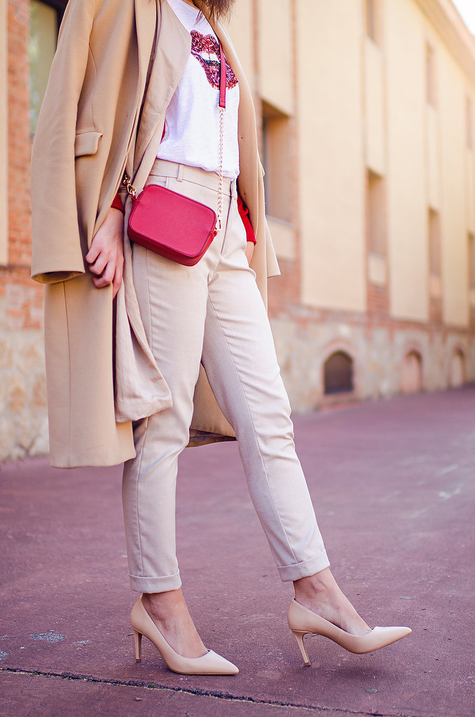 Cómo combinar el beige y el rojo en tu look primaveral