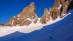 Widok z przełęczy Col de la Neiges 3348m na lodowiec de la Casse Deserte i przełecz Casse Deserte 3483m.