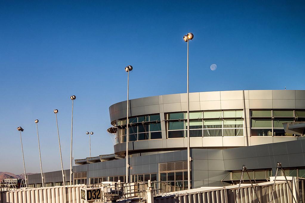 Самолеты в аэропорту Мак Карран Лас Вегас. Через стекло.