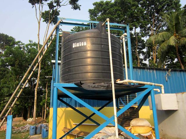 तालाब के पानी को इस टैंक में फिटकिरी और क्लोरिन मिलाया जाता है