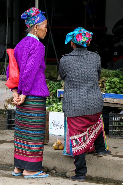 """Women wearing traditional skirt """"Sinh"""", Luang Prabang, Laos ルアンパバーン、民族衣装シンを着た女性たち"""