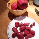 rote Beete in kleine Stücke schneiden - vegetarischer Borschtsch