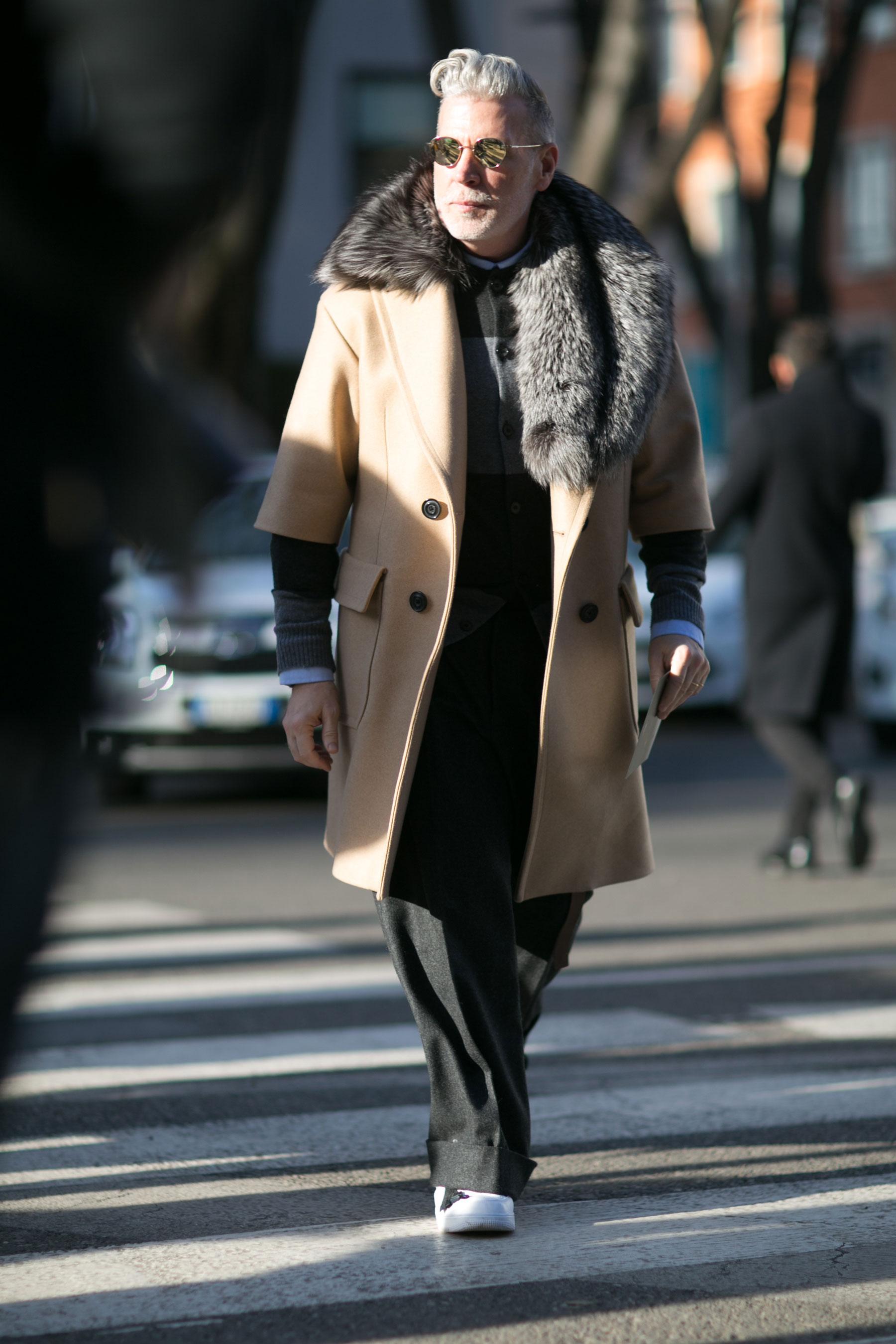 ニックウースター ベージュ七分袖コート×ファーマフラー×ボーダーカーディガン×黒ワイドパンツ