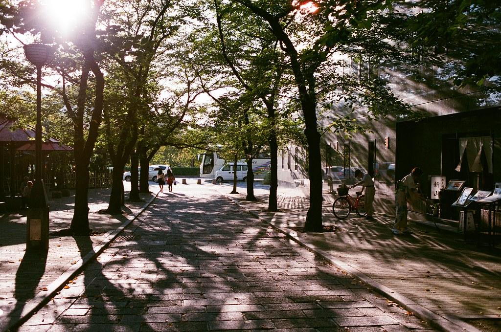 四条通 京都 Kyoto Japan / AGFA VISTAPlus / Nikon FM2 從嵐山回到花見小路附近,那時候剛好是黃昏,陽光最強烈讓眼睛很不舒服的時刻,但是我卻很喜歡拍這段時刻的景。  雖然這卷底片是偏紅的,京都到處都是紅色系的神社,但這卷最後一張也拍到不錯的畫面。  京都,其實也很想把妳放在這裡!但你和我說,別想了!  Nikon FM2 Nikon AI AF Nikkor 35mm F/2D AGFA VISTAPlus ISO400 0990-0038 2015-09-28 Photo by Toomore