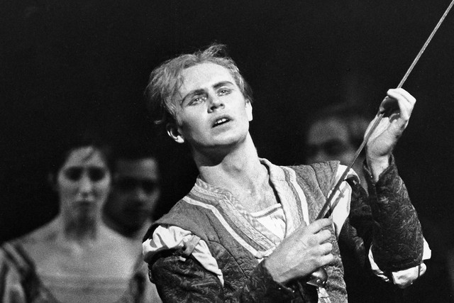 Errol Pickford as Mercutio in Romeo and Juliet © Leslie Spatt