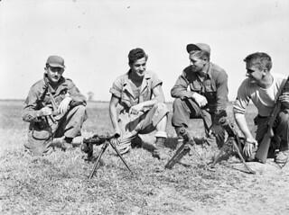 Personnel of the First Special Service Force, Anzio beachhead, Italy / Membres de la Première Force de Service spécial, tête de pont (zone sécurisée) d'Anzio (Italie)