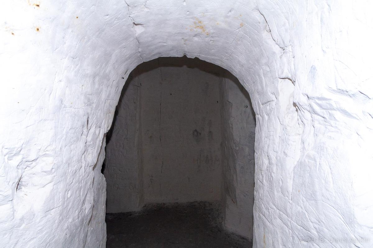 Внутри пещерной церкви Дивногорского монастыря фото 7