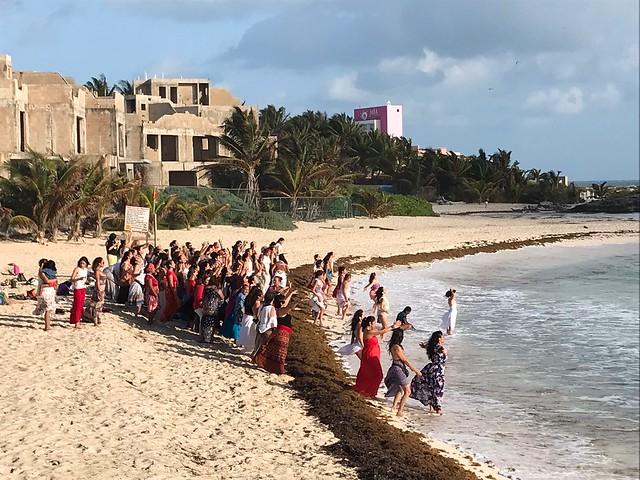 土, 2018-03-10 08:36 - 朝の浜辺 ヨガの団体?