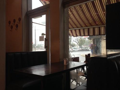Abrités de la pluie dans un café.