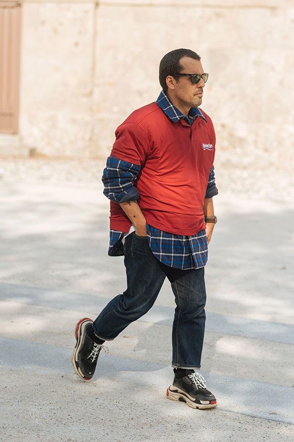バレンシアガ エンジポロシャツ×紺系チェックシャツ×デニムパンツ×バレンシアガ Triple S黒