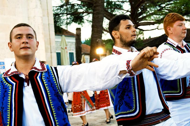 Парни из румынской фольклорной группы