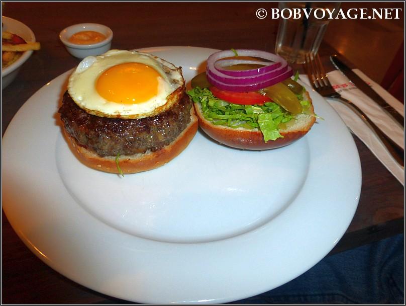 המבורגר לארגו עם ביצת עין ב- Hamburg תל אביב