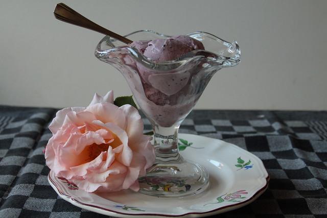 IJs van rozenblaadjes, bosbes en framboos...