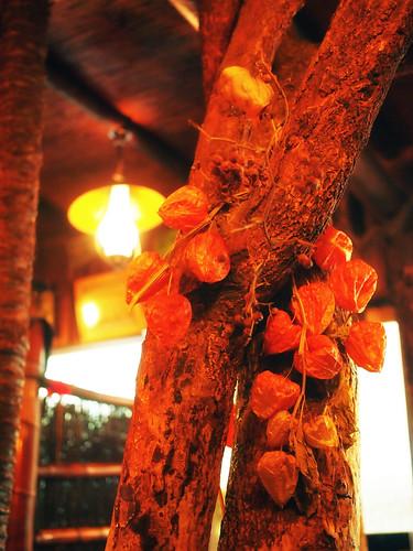 大和八木駅前・純喫茶ヒュッテの店内の木