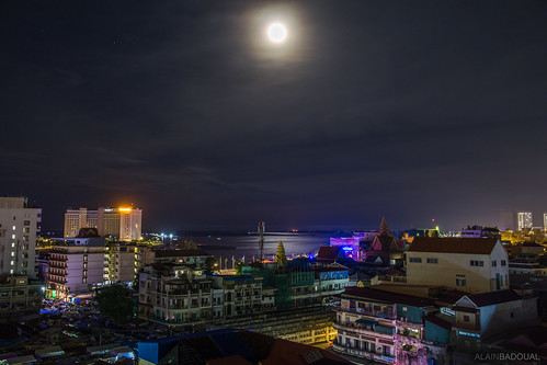 asia cambodia cambodge phnompenh asie urbanscape night nuit moon lune tonle sap mekong wat oulanom kandal market moonlight