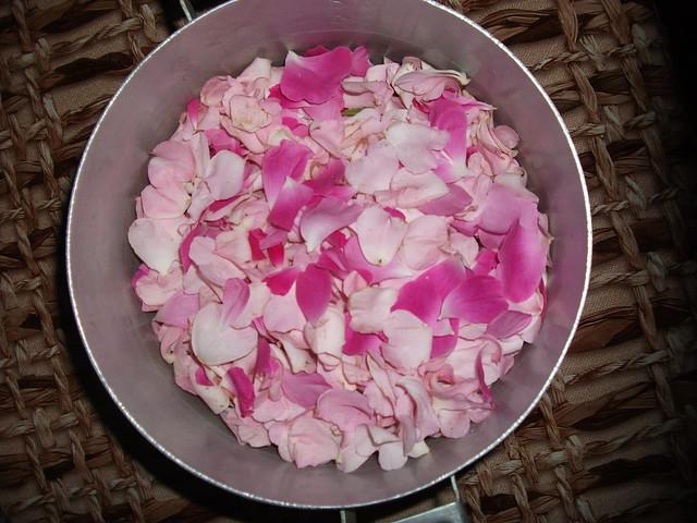 Лепестки чайной розы и шиповника