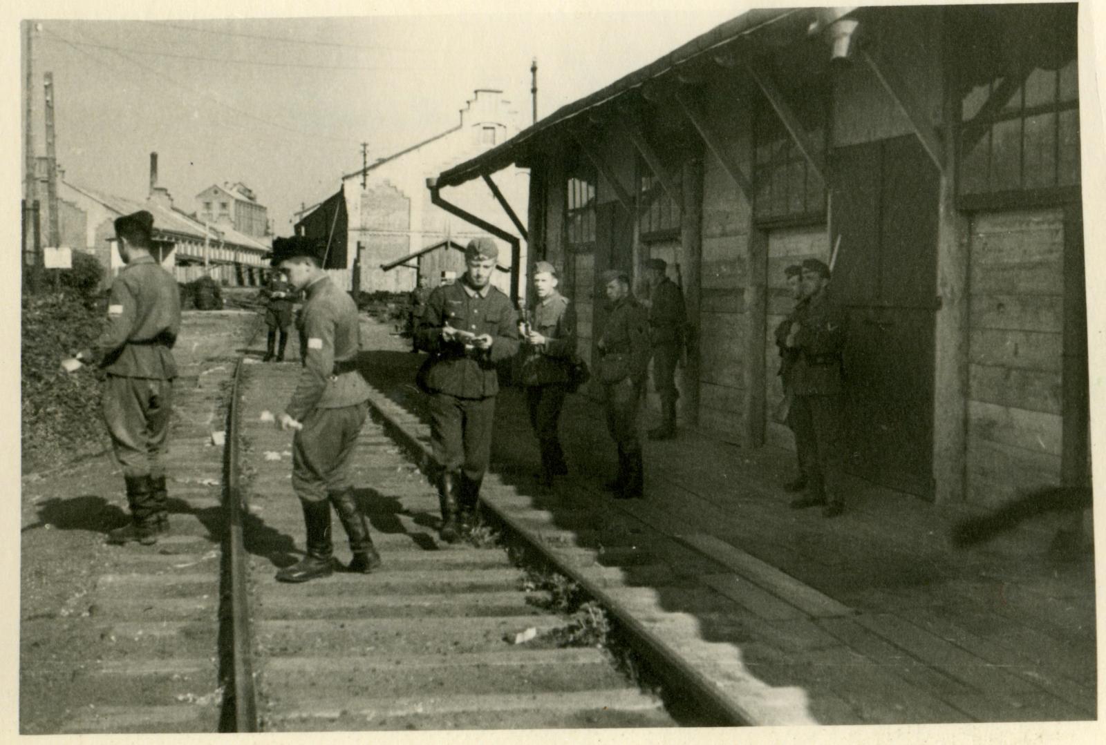 Перемышль. Немцы и украинская охрана лагеря для военнопленных № 315(Stalag 315) в районе железнодорожной станции