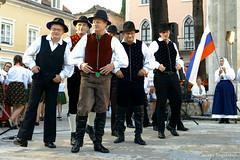Выход мужчин из словенской фольклорной группы