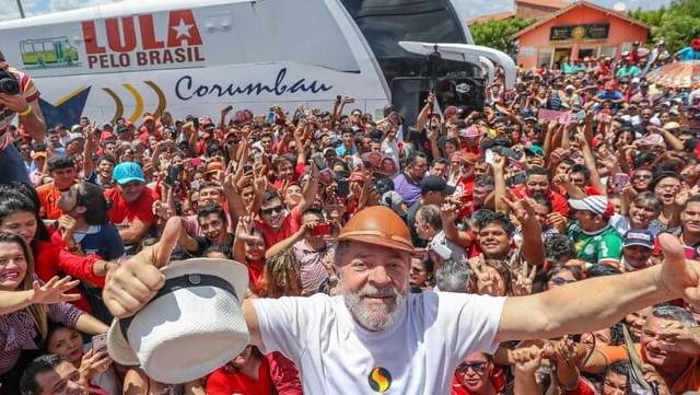 """""""Tenho certeza que podemos reconstruir este país e voltar a sonhar com uma grande nação"""", escreveu Lula em carta lida por Dilma no ato - Créditos: Ricardo Stuckert"""
