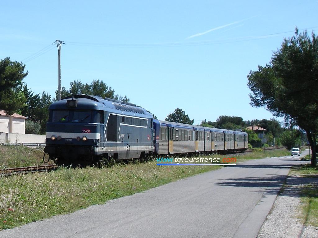 La locomotive thermique BB 67497 SNCF en livrée Arzens tractant une rame réversible régionale (RRR PACA 272) en direction de la gare de Sausset-les-Pins