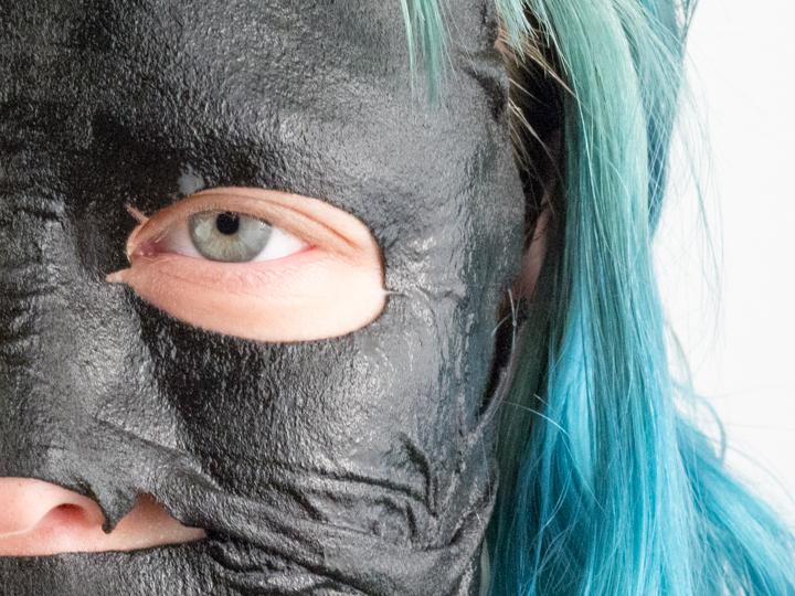 Het Garnier Pure Charcoal Black Tissue masker aangebracht