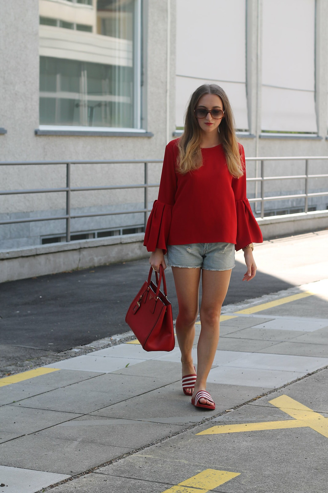 red-blouse-and-adiletten-whole-outfit-walk-wiebkembg