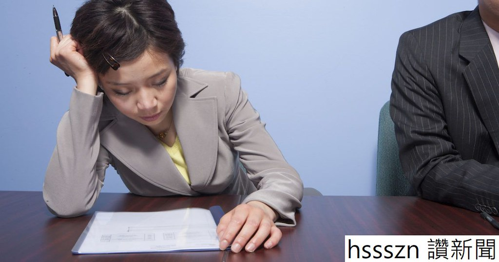 tired-businesswoman-in-office_BYlBNW0Hi-1140x600_1140_600