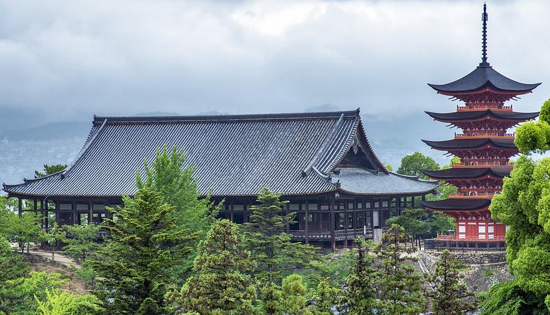 Senjokaku (千畳閣) and the 5-story pagoda (五重塔)