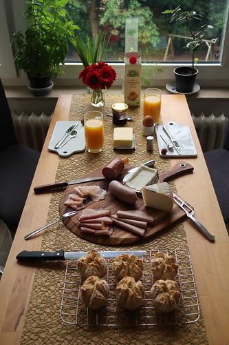 Sonntagsfrühstück mit frisch gebackenen Brötchen und Aufschnitt vom SuperBiomarkt