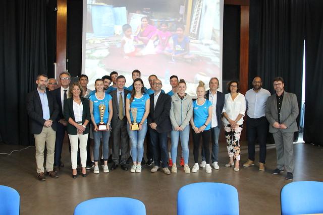 Les équipes filles et garçons de l'Association Sportive UNSS du lycée Victor Louis de Talence médaillés d'argent  de Badminton aux Mondiaux scolaires en Inde