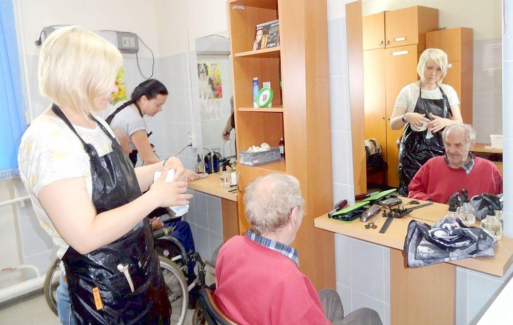 Будущие парикмахеры организовали и провели в этот день акцию «Салон красоты в доме престарелых»