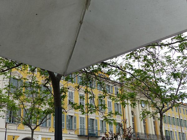 sous un parasol