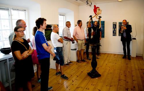 Mats Gripenblad inviger med en fanfar. Skulptur av Ulla Nerman.