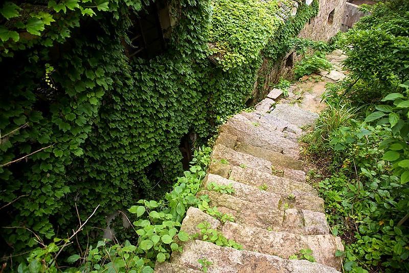 Escaleras pueblo abandonado