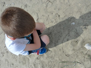 Diego esamina l'impronta di capriolo