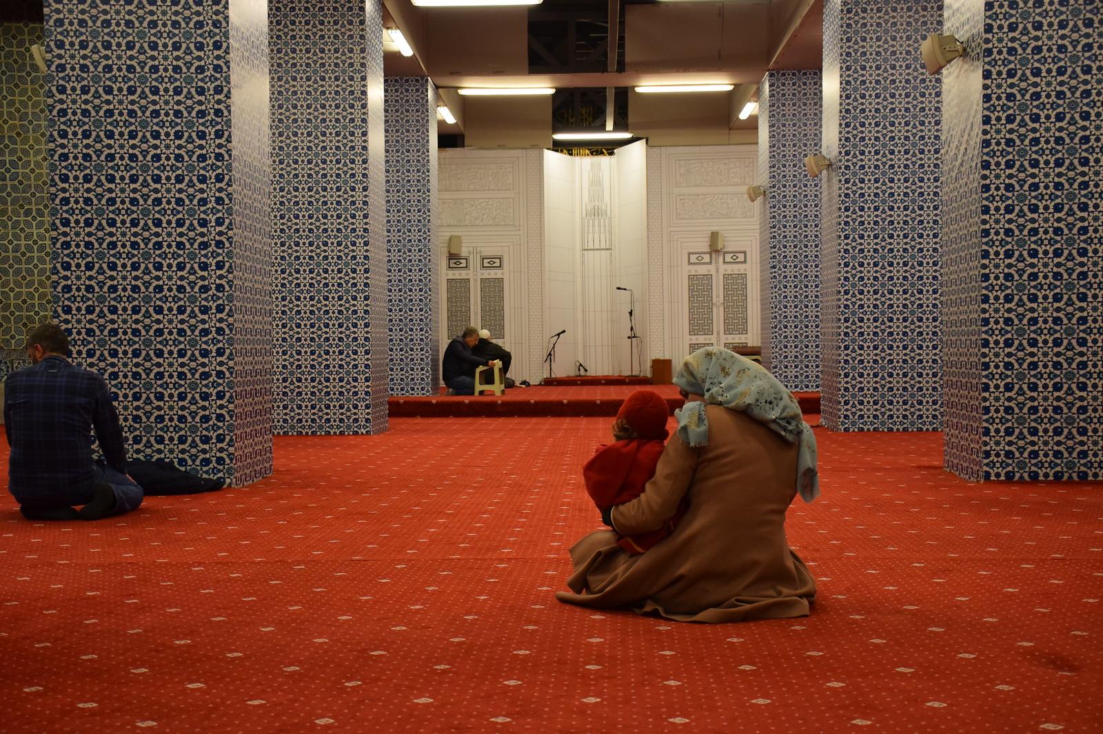 Explicándole a Eva todas sus dudas en la Mezquita Nueva, que estaba en obras