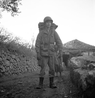 Lieut. W.H. Langdon, carrying full kit, First Special Service Force, north of Venafro, Italy / Le lieutenant W. H. Langdon portant son équipement, Première Force de Service spécial, nord de Venafro (Italie)