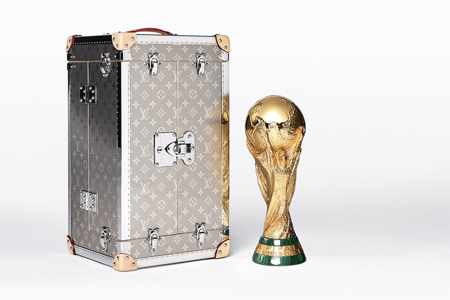 PACKSHOT FIFA Wordl CupTM THROPHY TRAVEL CASE CLOSED WITH THROPHY