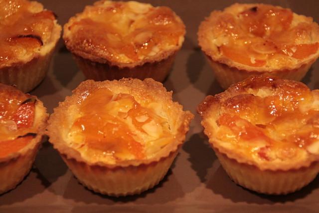 Kleine taartjes met abrikoos en amandelcrème...