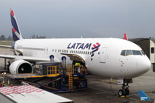 LATAM B767-300ER CC-CML gate (RD)