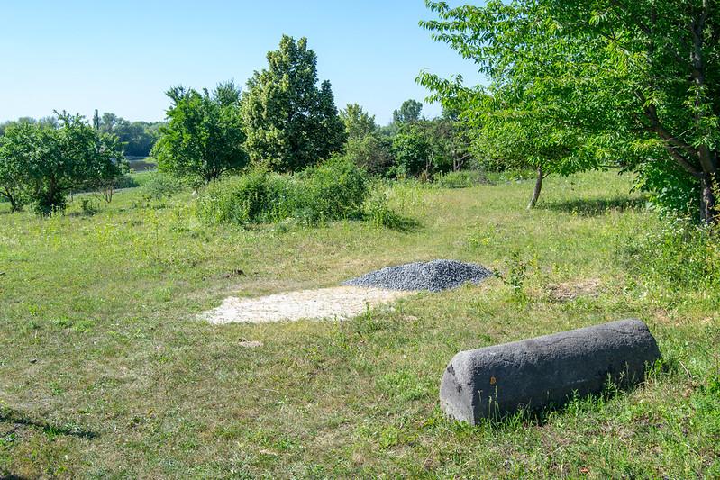 Место братской могилы и возможное место для будущего памятника