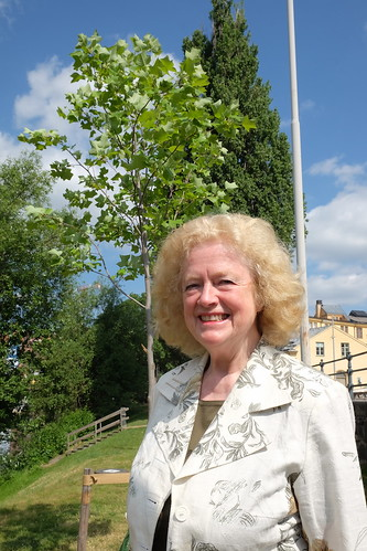 Sonja Stenhammar framför sitt tulpanträd