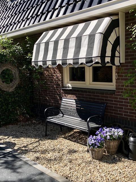 Markies zwartwit tuinbank landelijk